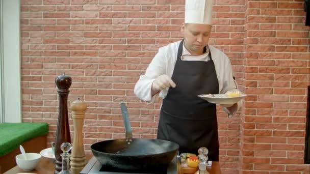 Profesionální kuchař vaření mořských plodů v pánvi