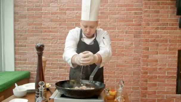 Összeadás citromlé, serpenyőben sült tengeri Chef