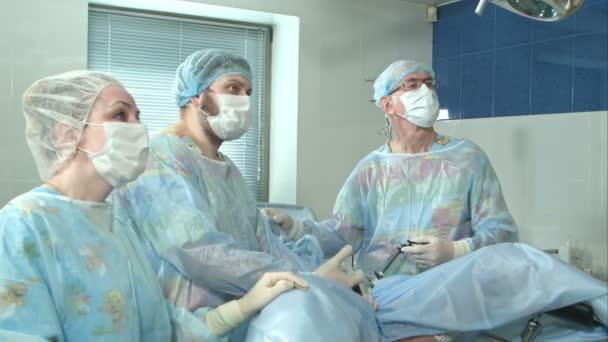 Ärzteteam während einer Operation im Operationssaal eines Krankenhauses