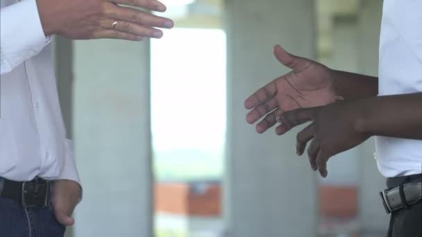 Stavební dělníci potřesení rukou na místě
