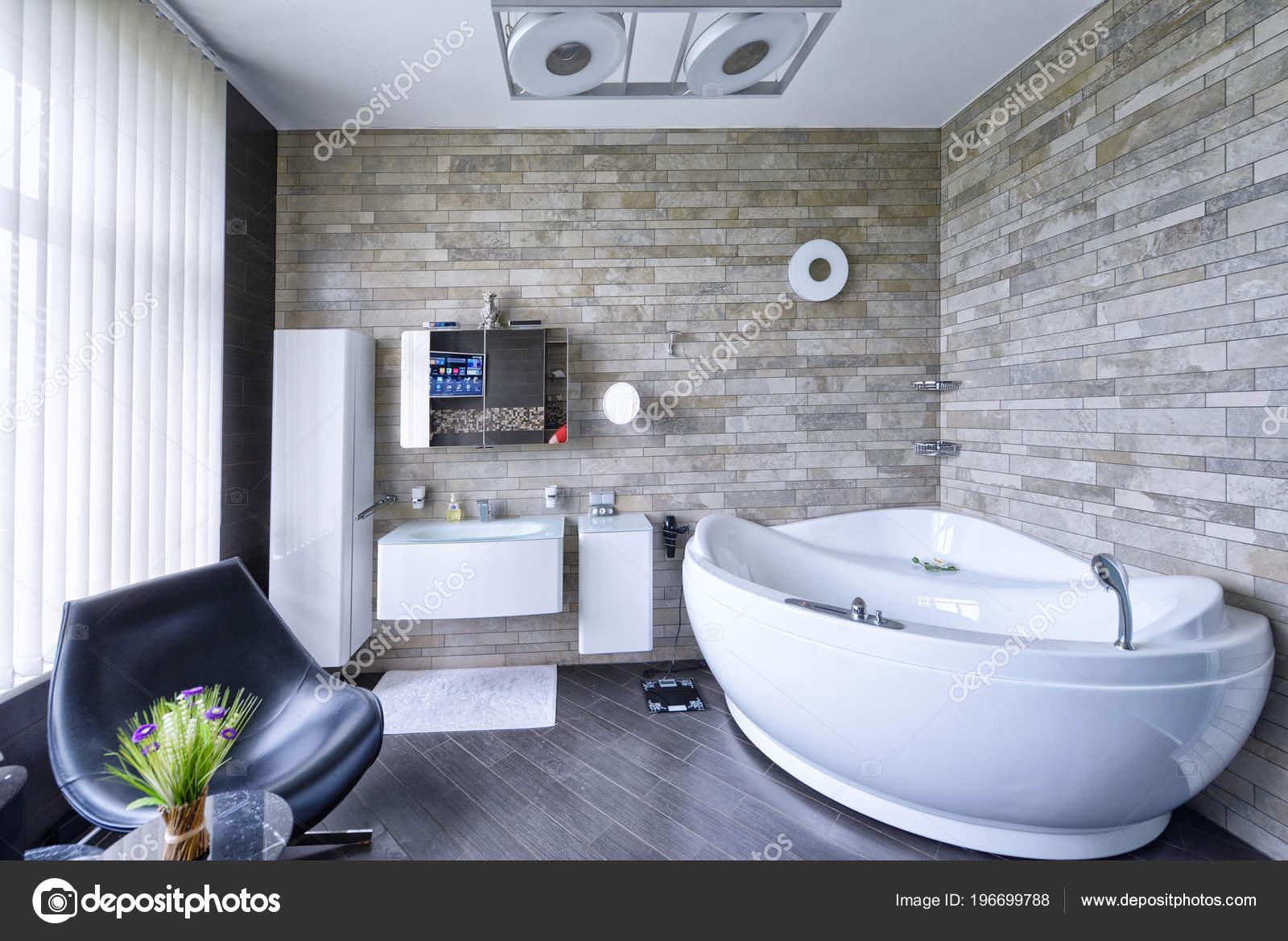 Modern interieur van badkamer het nieuwe huis u stockfoto