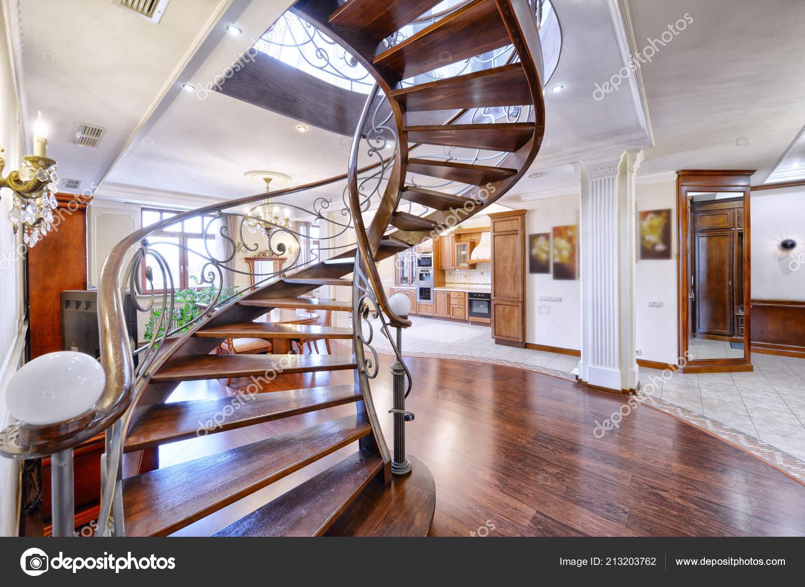 Maison Avec Passerelle Intérieure conception escaliers intérieur maison — photographie