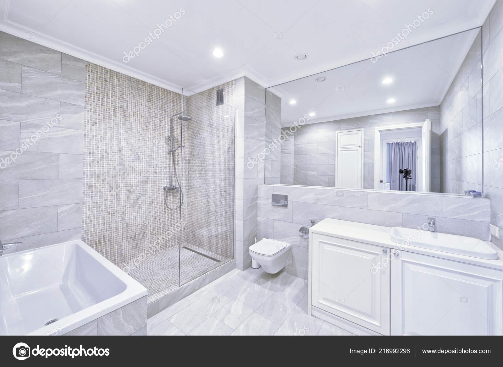 Nowoczesne Wnętrza łazienki Nowym Domu Zdjęcie Stockowe