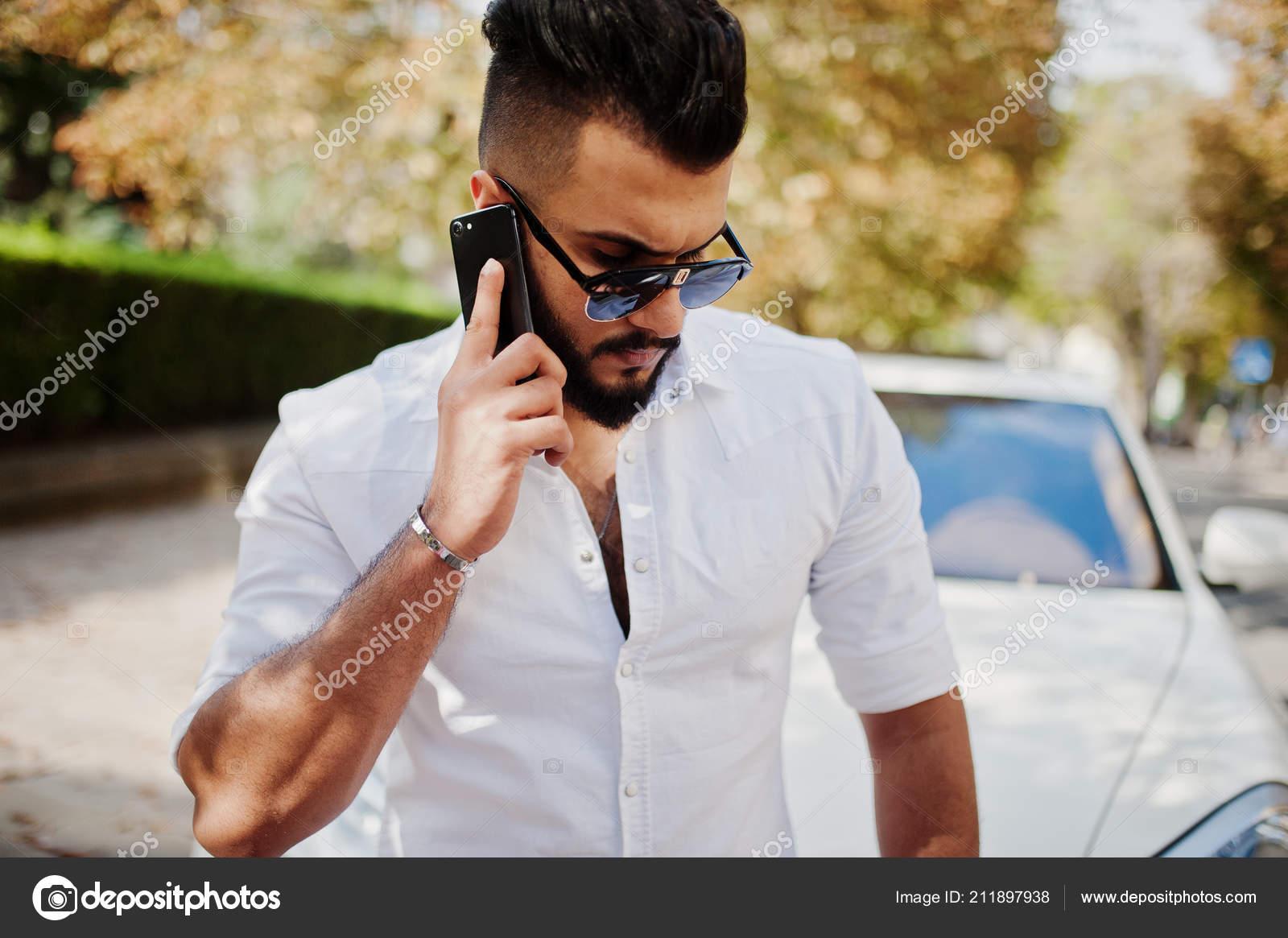 Snygg Lång Arabisk Man Modell Vit Skjorta Jeans Och Solglasögon — Stockfoto 03f0c1978b704