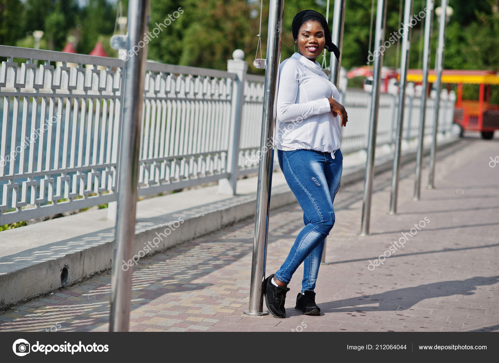 322b2ea49c African Muslim Girl Black Hijab White Sweatshirt Jeans Posed Outdoor — Stock  Photo