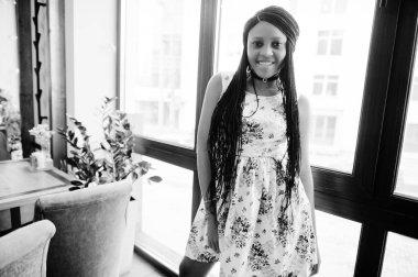 heerful Afrikalı-Amerikalı genç kadın yazlık elbise ve şok