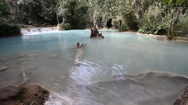 Krásné kaskády vodopádů se smaragdovou vodou