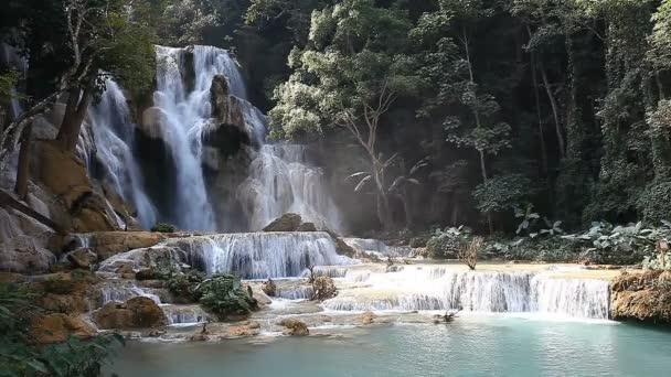 Skvělé Tad Kuang Si vodopád v Laosu