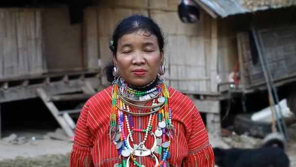 Chiang Mai, Thajsko-Únor 13, 2017:Video portrét dospělé ženy s tunely v uších z kopce kmen Kayaw žije v ekologických zemědělských kopce kmeny vesnici - Baan Tong Luang.They jsou