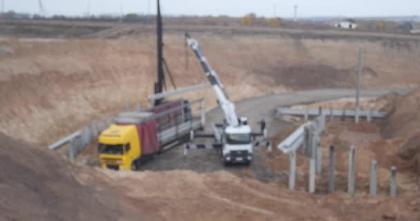 Výstavba nové dálnice. Rozmazané záběry bez rozpoznatelné značky zařízení