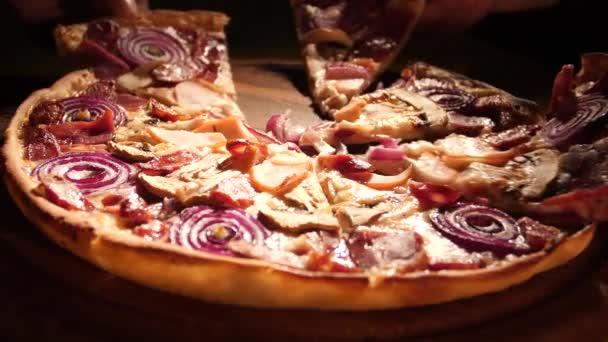 Společnost přátel si vyzvedne pizzu v italské pizze