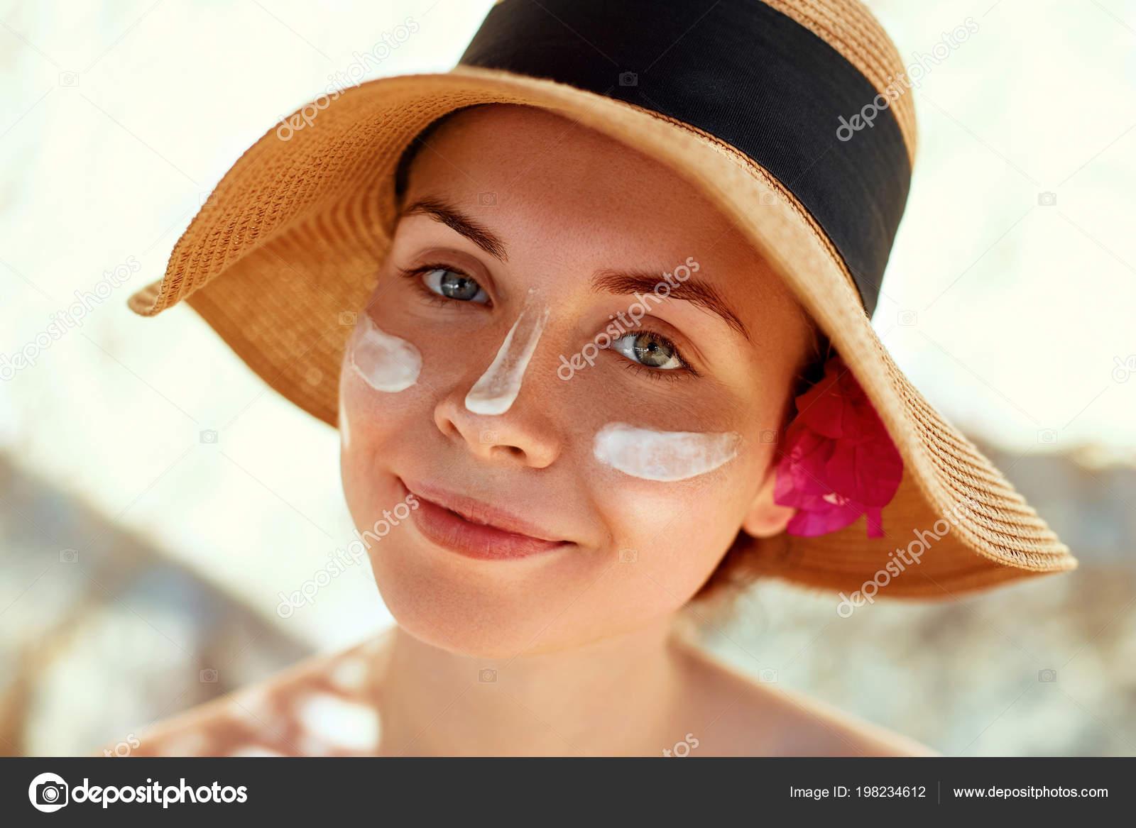 Femme sourire application crème solaire sur le visage. Soins de la peau. Le  corps de protection du soleil. écran solaire. Femme bikini enduire de  lotion ... d9180d24d75
