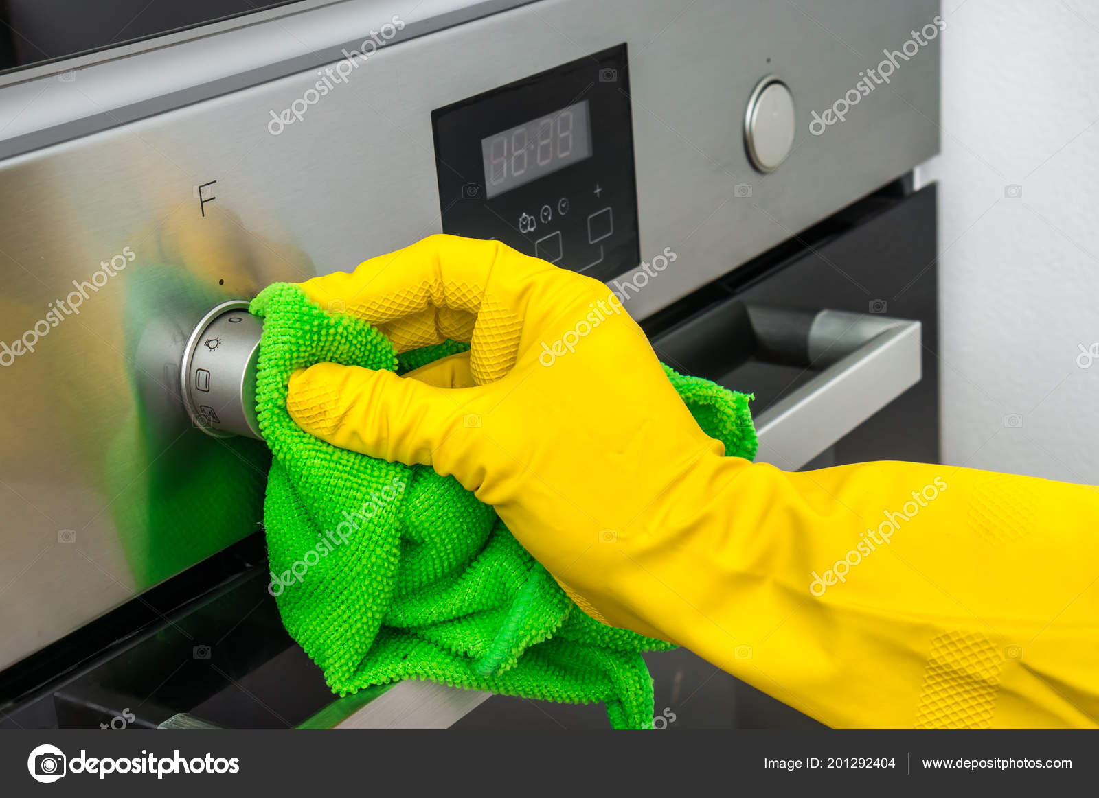e63a89e4d7a20 Hand Glove Green Rag Wiping Oven Kitchen Housework Housekeeping Concept —  Stock Photo