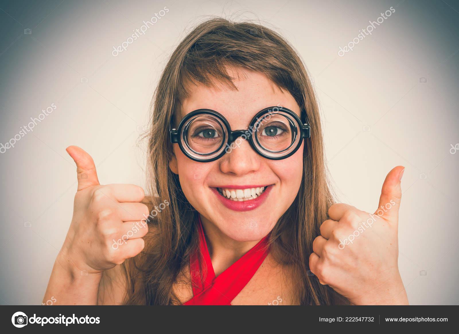 8af3da883f Νέα Αστεία Geek Nerd Γυναίκα Απομονωμένη Γκρίζο Φόντο Ρετρό Στυλ —  Φωτογραφία Αρχείου