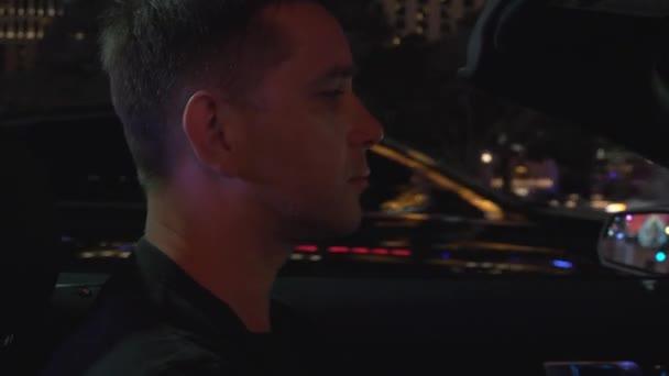 Jistý muž v autě v Las Vegas jede pás. Muži v konvertibilní průjezdu centra Las Vegas. Mladý muž jízdě auto kabriolet na hlavní třídě v Las Vegas v noci, detail