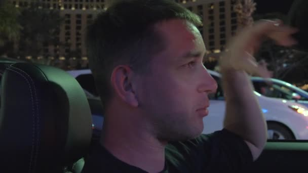 Muži v konvertibilní projížděl strip Las Vegas