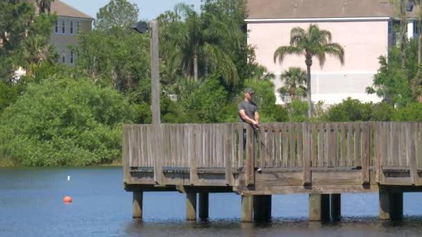 Fa mólón forgó horgászfelszereléssel végzett halászat.
