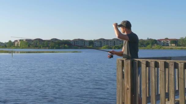 Horgászbot tó vagy folyó vizébe öntve.
