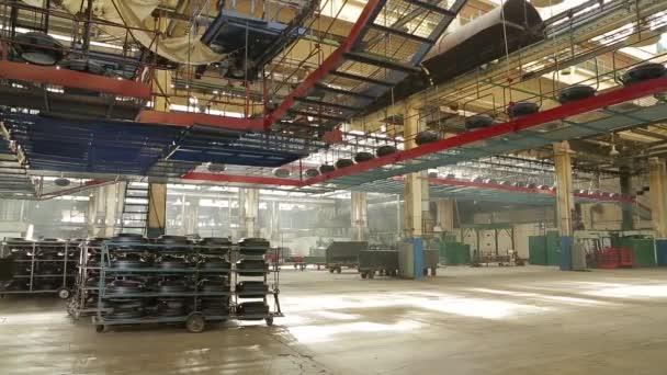 Dopravník s pneumatikách v továrně. Výroba pneumatik.