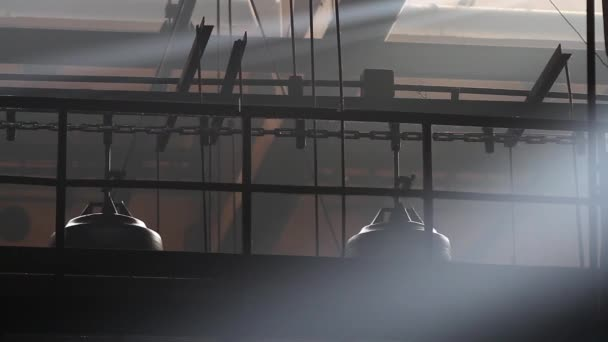 Gumiabroncsok gyártása. Szállítószalag gumiabroncsokkal a gyárban.