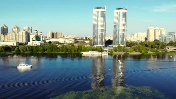 Dvě stejné budovy v blízkosti, letecký pohled.