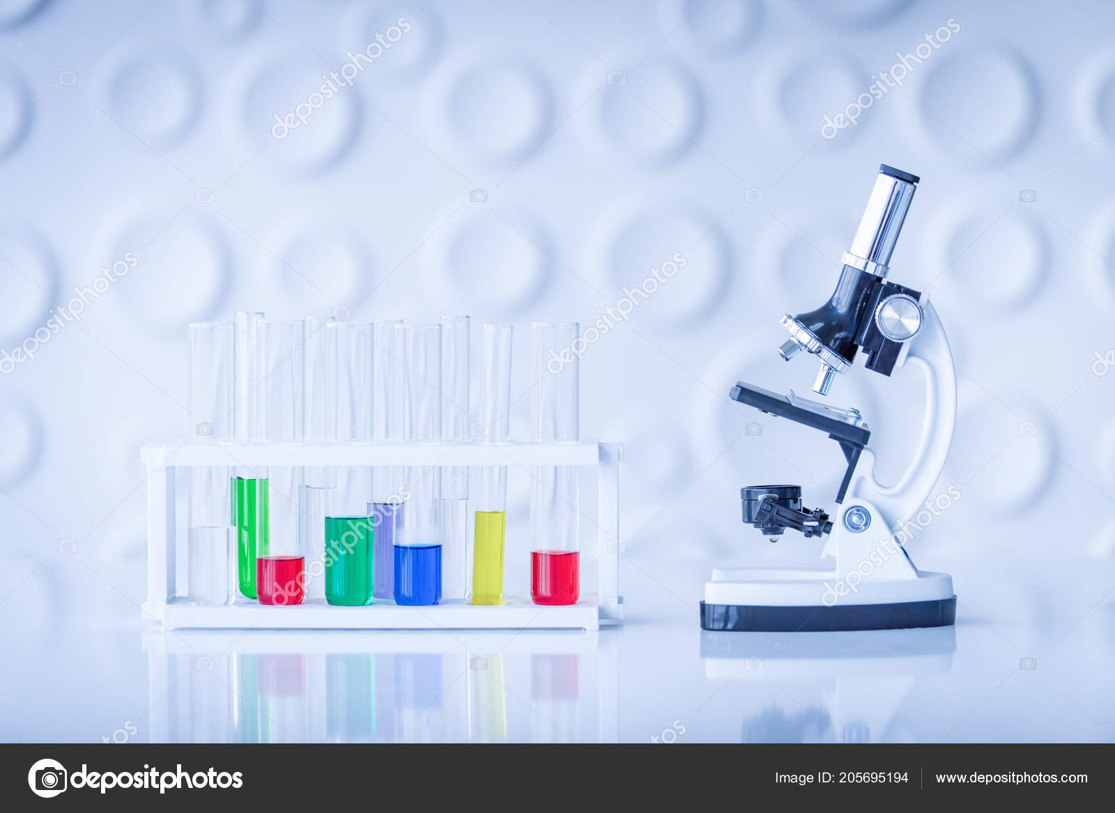 Mikroskop und bunten reagenzgläser auf tisch labor wissenschaft
