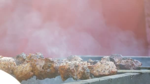 Výborné šťavnaté maso šíš kebab na jehle smažit na kouř