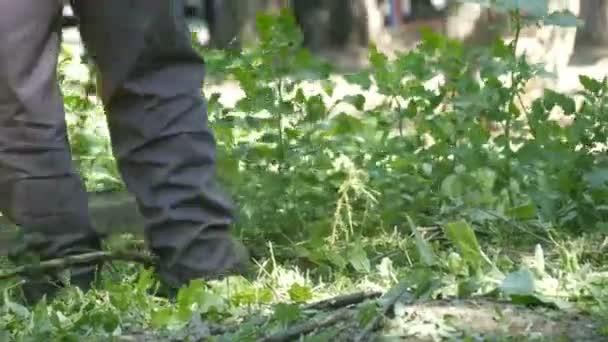 Kaszálás vad fű nőtt a füvet a fűnyíró ember