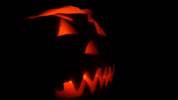 Světélkující grimasa vyřezal na Halloween dýně na den všech svatých ve tmě