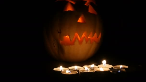 Szörnyű Halloween tök sötétben sok gyertya körül