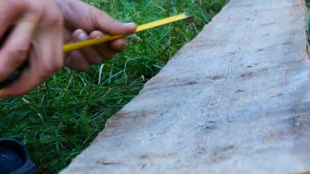 Mužské tvůrce měření Dřevěná deska s měřicí pásky nebo měřítko