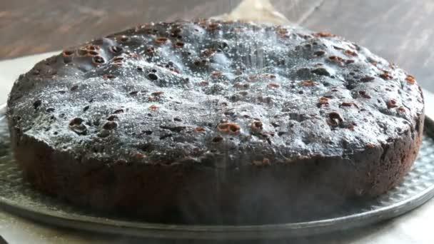 Velmi velké Čokoládové brownie dort prášek na vrcholu s bílým moučkový cukr
