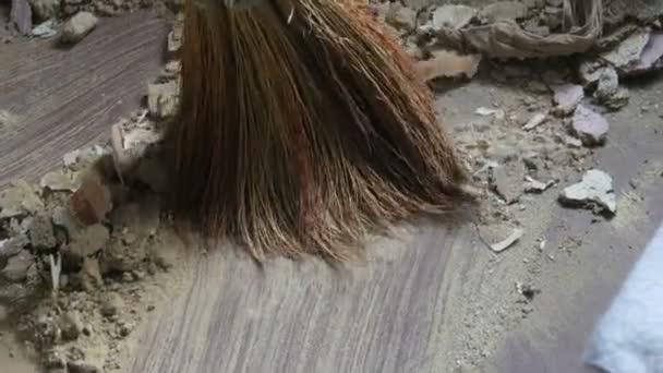 Spousta prachu a smetí zametá koštětem