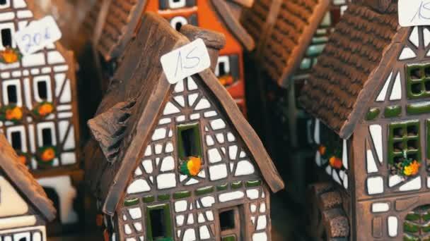 Krásné svícny v podobě domů ve stylu AFD. Národní německé a nizozemské bílá s černými paprsky mini domů na vánoční trh v Norimberku