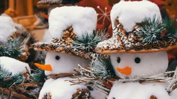 Karácsonyi és szilveszteri dekoráció vicces alakja egy hóember kalapban formájában.