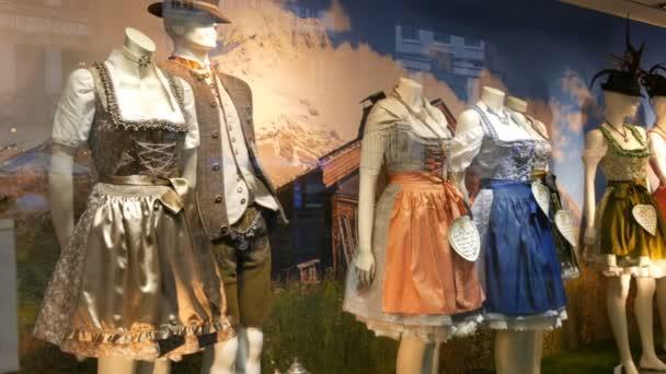 schöne verschiedene Frauen Trachten Dirndl und Herren Lederhosen auf Schaufenster