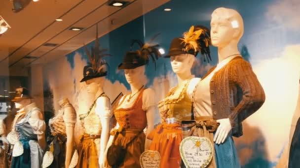 Schöne verschiedene Womens bayerische Trachten Dirndl auf Schaufenster