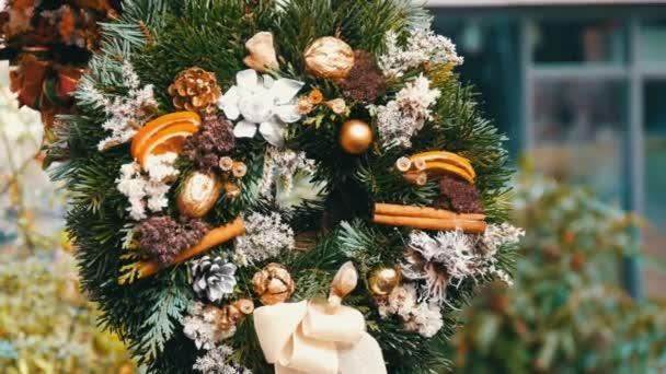 Stylové zelené vánoční věnec holly, větve jedle, anýz, sušené pomeranče a další jsou prodávány na vánoční trh