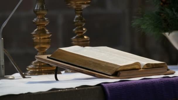 A nagy könyv a pap fekszik a régi katolikus templom oltárán
