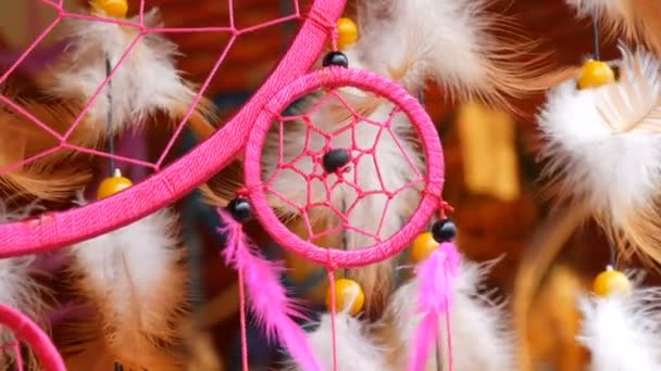 Le piume rosa di un dreamcatcher che ondeggiano nel vento