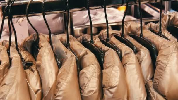 Módní mládeže teplé bundy šaty na ramínkách v obchodě s oděvy v nákupním centru