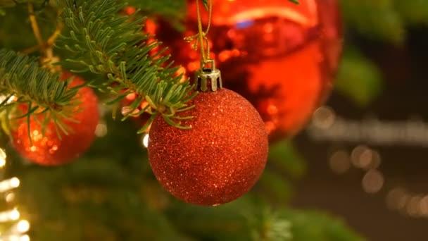Krásný stylový vánoční stromeček hračku koule červené barvy visí na vánoční stromek detailní zobrazení. Silvestrovský a vánoční výzdoba
