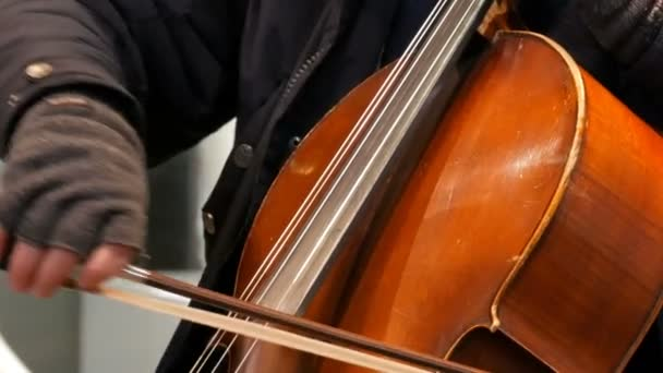 München, Németország - December 2, 2018: Street csellista zenész játszik a cselló.