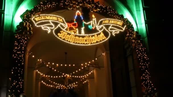 Eingang zum Bogen des Weihnachtsdorfmarktes in der kaiserlichen Residenz in München.