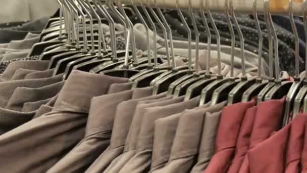 Řada různých Módní Pánské košile na obrovské závěs v Pánské oděvy obchod v nákupním centru.