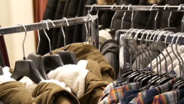 Norimberk, Německo – 3. prosince 2018: Pánská módní a stylové oblečení na ramínkách v obchodě s oděvy v obchoďáku