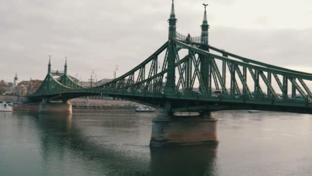 Vasnagy zöld Szabadsághíd Budapesten a Duna mentén.