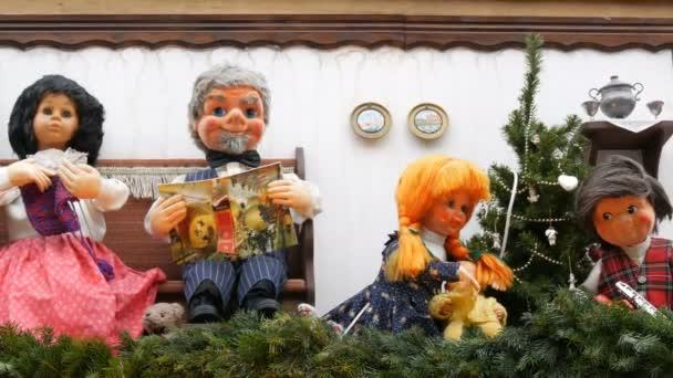 Jak přesunout rodinu panenek na střechu stánku s ohnivým vánočním trhem v Evropě.