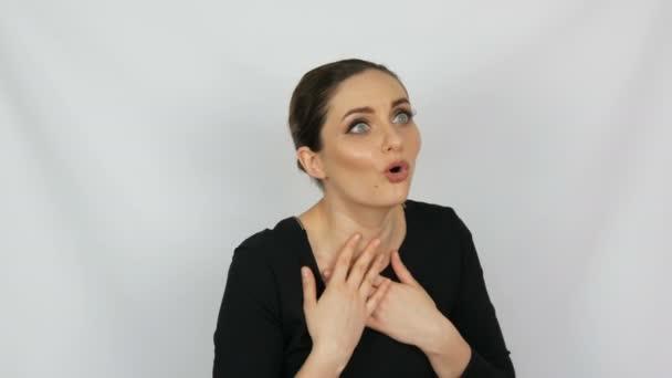 Egy gyönyörű fiatal elegáns szexi lány, aki érzelmileg meglepett egy fehér háttér a stúdióban portré.