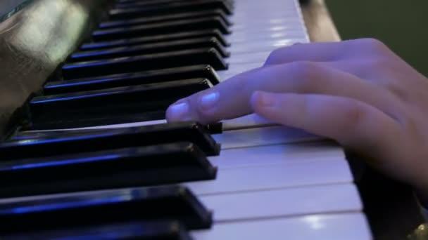 Hände Teenager spielen Klaviertasten Nahaufnahme